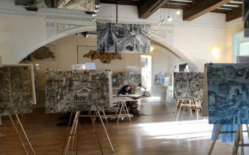 Luigi Agnelli immerso al lavoro e nella musica negli spazi attigui alla Chiesa di San Francesco a Cortona