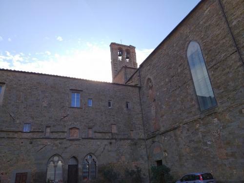 Il solitario e silenzioso chiostro di San Francesco dove Luigi Agnelli e la moglie Kate creano le loro straordinarie chine