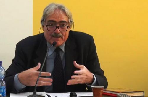 Marcello Flores è professore di Storia comparata e Storia dei diritti umani nell'Università di Siena