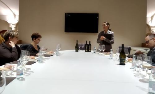 Marika Zaganti conduce una degustazione: il vino deve essere  buono, ma bisogna anche saperlo raccontare