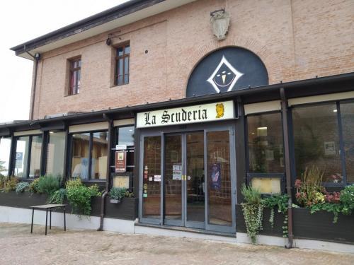 Il ristorante La Scuderia si trova proprio di fronte alla Rocca