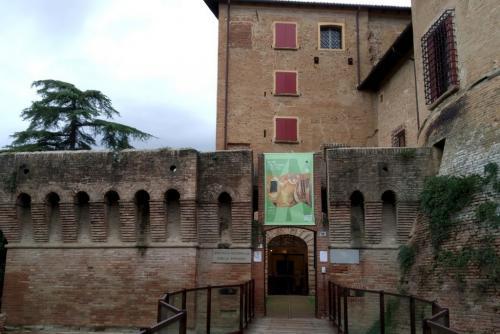 Nella Rocca ha sede anche l'Enoteca Regionale foto: www.giornalesentire.it