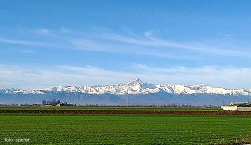 La tenuta si stende in una piana contornata dai monti piemontesi tra i quali svetta bellissimo il Monviso