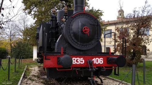 Il treno protagonista di tante scene, nel giardino del Museo di Peppone e don Camillo (foto cperer)