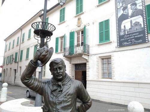 Brescello: la statua del sindaco davanti al Municipio. Peppone si fronteggia a don Camillo (sopra, nella foto di copertina)