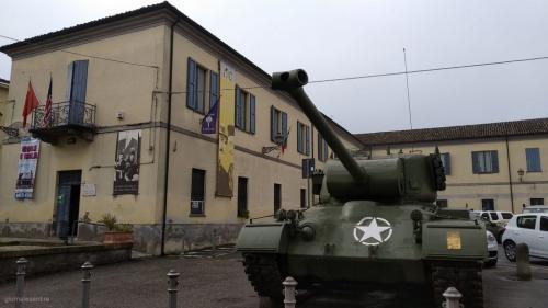 Il carro armato davanti al Museo di Peppone e don Camillo (foto cperer)