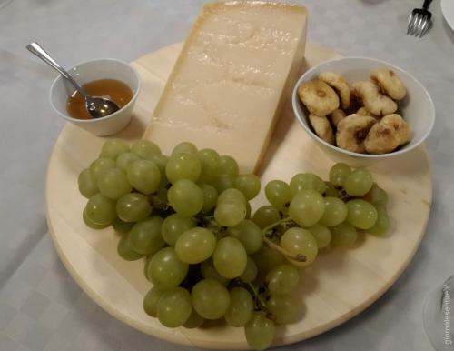 Una degustazione con fichi secchi, miele e uva:compagni ideali per degustare il parmareggio