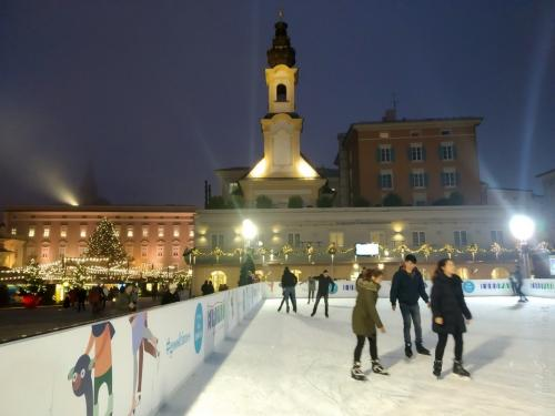 accanto ai mercatini la tradizionale pista da ghiaccio a pochi passi dal monumento dedicato a Mozart