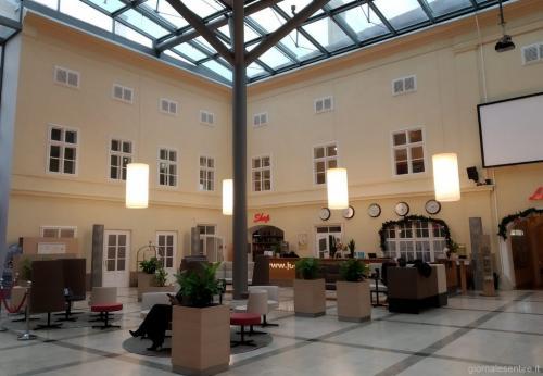 l'hotel è nato dalla evoluzione di un vecchio albergo: il designer ha conservato il corpus orginale creando una corte interna che serve anche da piazza per gli eventi