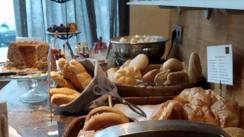 Pane sempre fatto in casa a colazione e di tutti i tipi, anche gluten free