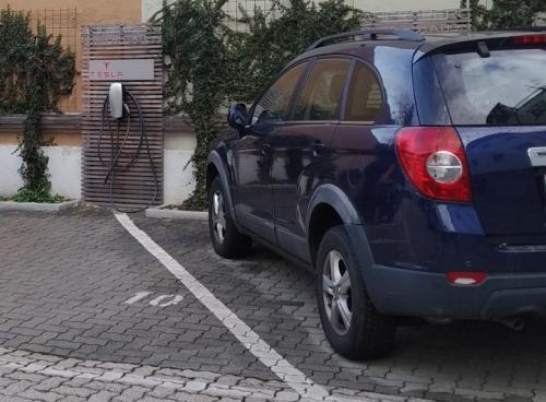 sostenibilità: la ricarica elettrica per auto nel parcheggio interno