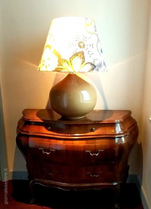 Dettagli di gran classe come la lampada Missoni e il trumeau francese