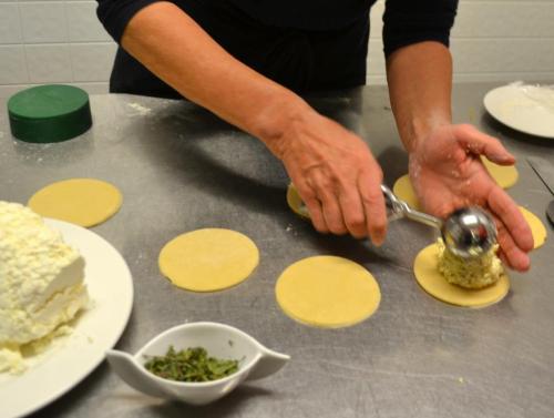 La titolare Renate Nudelbacher è specializzata in cucina vegana e vegetariana e spiega come fare il tipico raviolo carinziano
