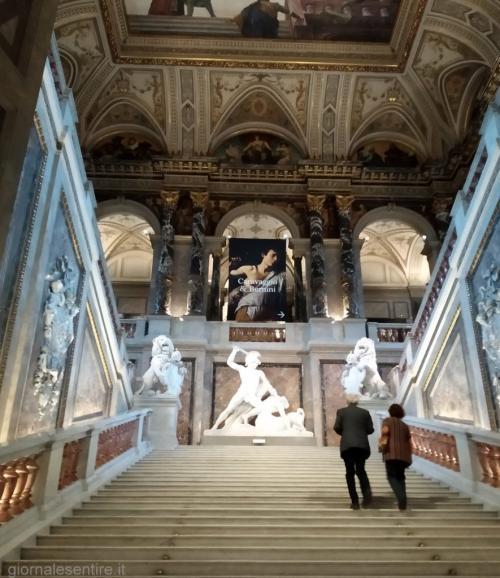 Appena entrati l'occhio cade sul magnifico gruppo scultoreo di Teseo opera di Antonio Canova, punto di partenza per la visita alle opere d'arte di inestimabile valore conservate al piano nobile