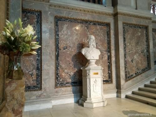 Il busto a Francesco Giuseppe, sempre fiori freschi al suo cospetto