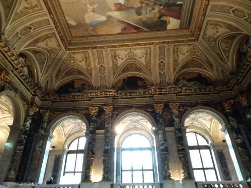 L'aula d'ingresso e lo scalone è  stato decorato da Gustav Klimt