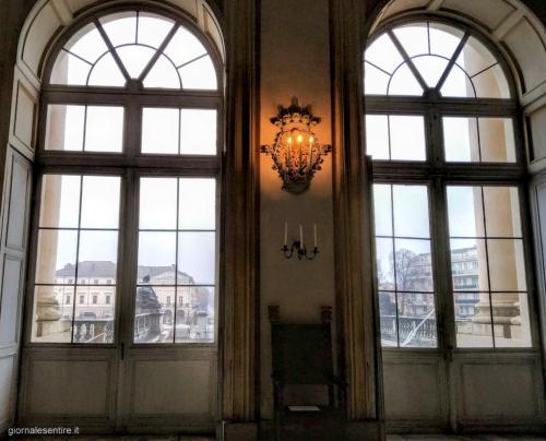 Dalle finestre si intravede la Racconigi odierna con il Palzzo di Città, sede del Comune