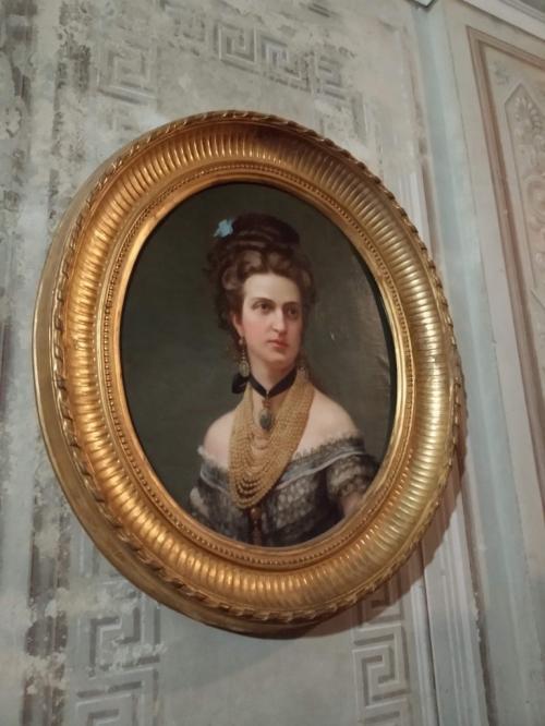 Il Castello è ricco di ritratti d'epoca dei regnanti e di Casa Savoja