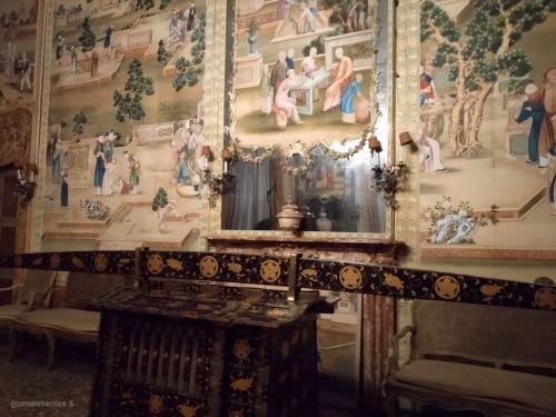 Il gusto per l'esotico in voga in pieno '700 prende forma in stanze ricoperte da carte da parati cinesi e da suppellettili, tra cui anche un risciò originale.