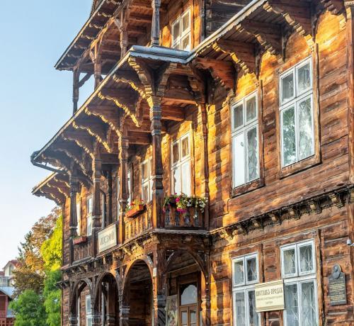 In città ci sono 16 ville in legno dentro un percorso tutto da visitare.