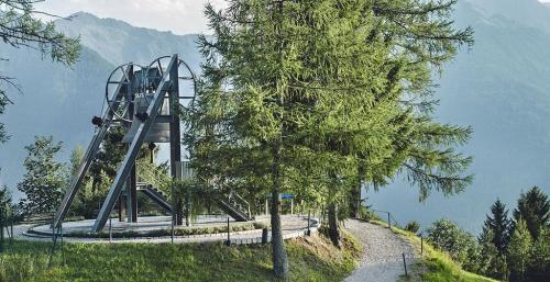 L'hotel è situato a pochi metri dalla Campana della Pace, una delle attrazioni dell'area, la più grande di tutto il Tirolo.