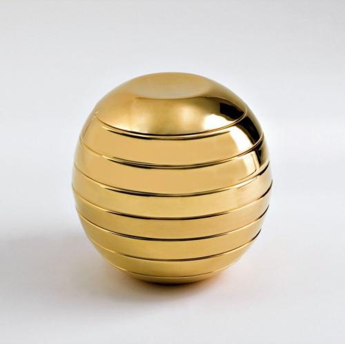 Una sfera è il servizio di piatti impilati, per un tete-a-tete. L'artista l'ha chiamata Giulietta e Romeo
