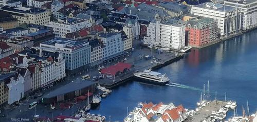 Una veduta dall'alto del porto turistico di Bergen