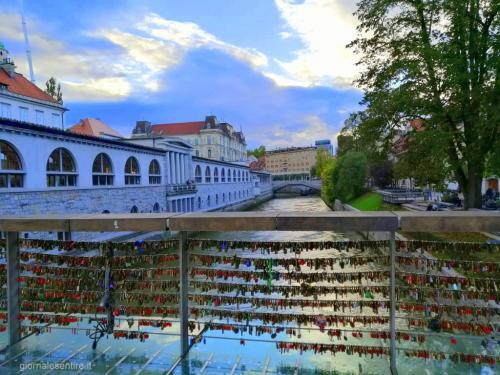 Anche a Lubiana il ponte dei lucchetti