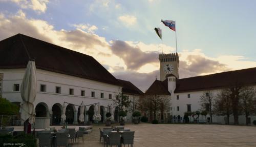 Il Castello di Lubiana con la bella piazza da cui si intravede la torre panoramica e la Cappella di San Giorgio.
