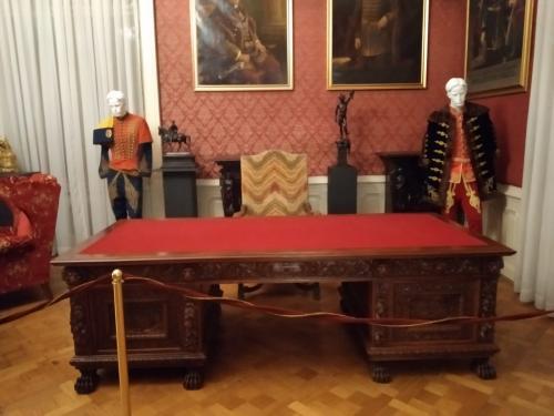 La scrivania dei governatori usata anche da D'Annunzio