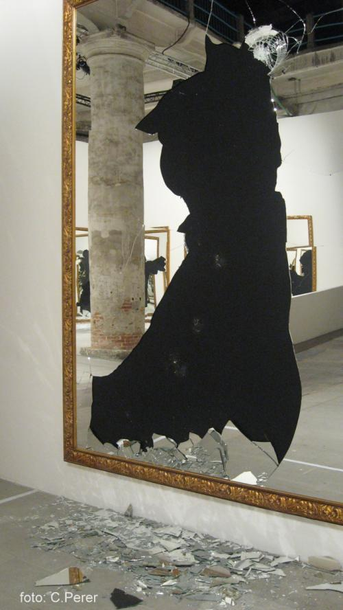 Gli specchi rotti alla Biennale di Venezia:''Dallo zero viene il due, perché anche il nulla della cellula genera la vita soltanto dividendosi. L'ho scoperto rompendo gli specchi''.