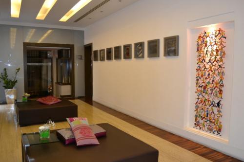 La lounge con interessanti opere di arte contemporanea