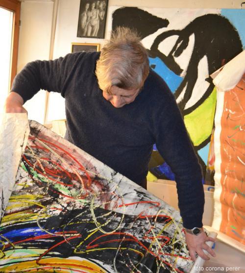 Marco Klaus nel suo studio, una miniera di opere