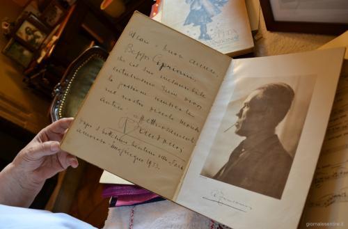 Isabella Fantoni Cipriani con uno dei manoscritti autografati da Zandonai (foto C.Perer)