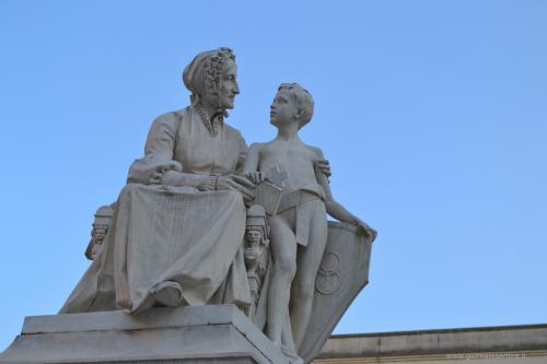 Il monumento a Francesca Capece. Lasciò tutti i suoi beni alla città che oggi la ricorda nel liceo, la scuola dove studiò anche lo statista Aldo Moro.