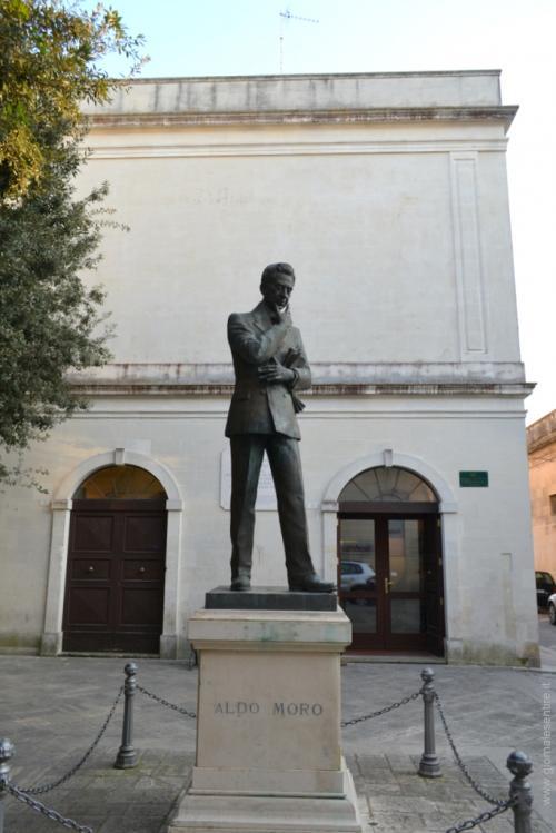 il monumento ad Aldo Moro, politico ed intellettuale della politica