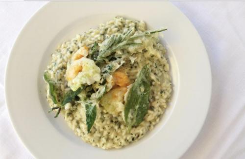 il  riso con le erbette dell'orto viene accompagnato da fiori di zucca e salvia fritti con la pastella.