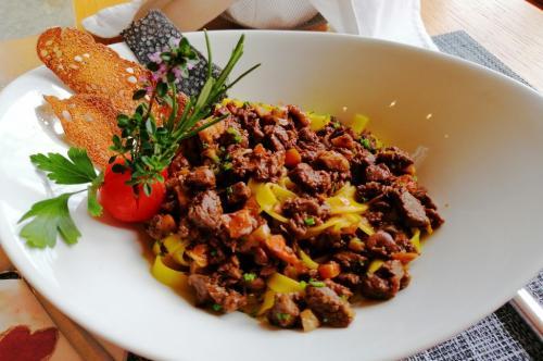 Gastronomia: tagliatelle fatte in casa con ragù di selvaggina (foto c.perer)