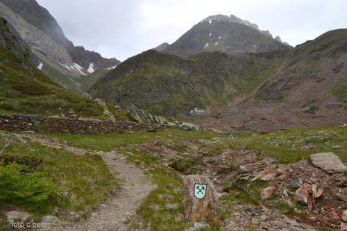 L'arrivo a 2355 metri di altitudine nell'invaso naturale delle miniere di Monteneve (foto c.perer)