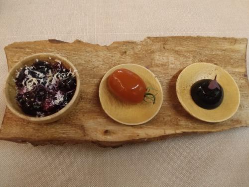 Antipasti della casa e quello al centro non è un pomodorino ma...una oliva ripiena d alice e ricoperta di crema di pomodoro! (foto c.perer)