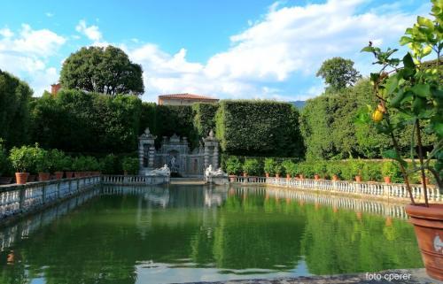 La villa ospitò grandi artisti e intellettuali del calibro di Niccolò Paganini, Salvador Dalì, Alberto Moravia, ma è Elisa Bonaparte e il suo gusto ad aleggiare su tutta l'area