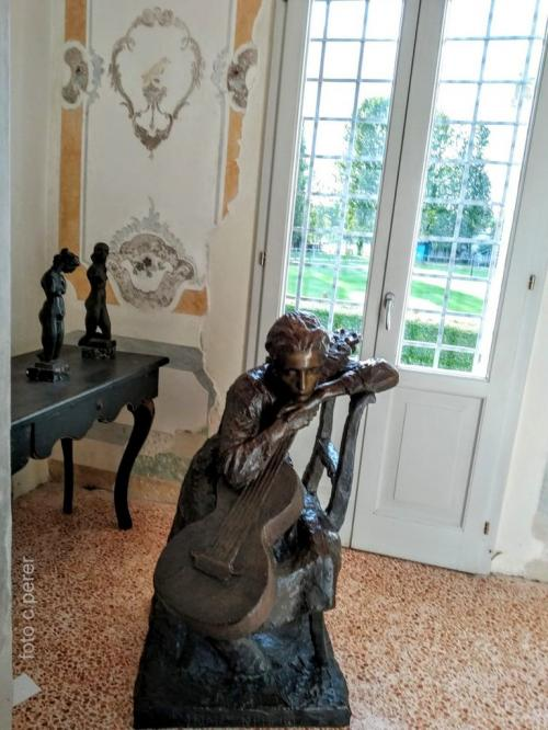 La Villa ospita mostre temporanee in dialogo armonico con gli arredi