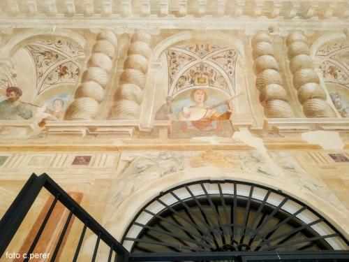 Dettaglio degli affreschi del loggiato