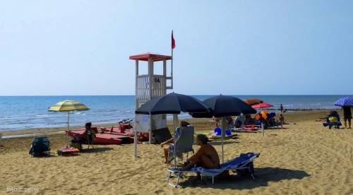 La spiaggia selvaggia distante pochi km in linea d'aria dagli stabilimenti di Caorle e Bibione