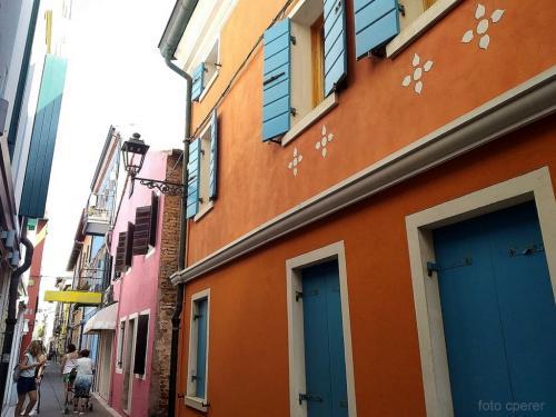 Si dice che la tradizione di fare le case di diverso colore derivasse dagli scarti dei pescatori che, dopo aver rassettato la barca, usavano le tinte rimanenti anche per la propria abitazione.