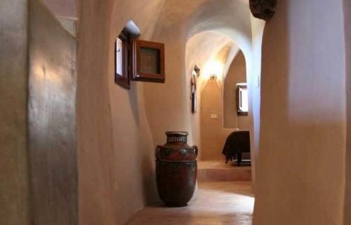 Fascino arabo: la ristrutturazione, tutta a mano e con pastelle tipiche su muri e pavimenti