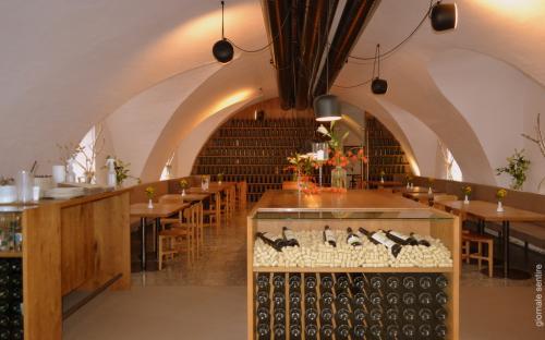 La taverna interna al castello, luogo ideale per degustare vini e piatti tipici. L'etichetta Seggau è ormai un must per gli intenditori. Prodotto di punta il Sauvignon bianco