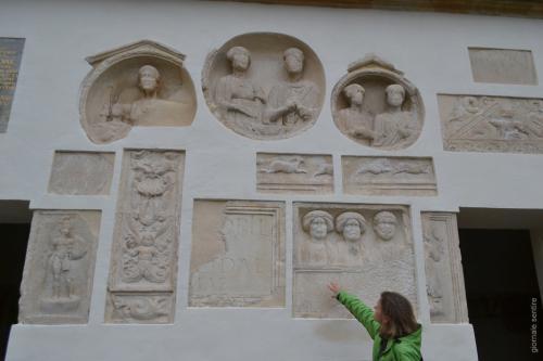 Dettaglio delle pietre romane incastonate nella facciata del castello