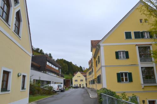 La produzione vitivinicola si svolge all'interno della scuola-cantina Silberberg-Gebaude, dove si formano enologi e coltivatori diretti.