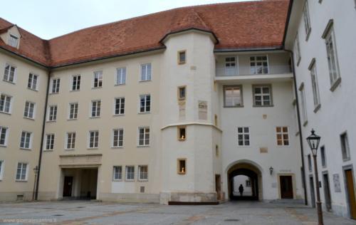 Il Burg con la torre che contiene la ''chicca'' di Graz: la scala a doppia elica - www.giornalesentire.it